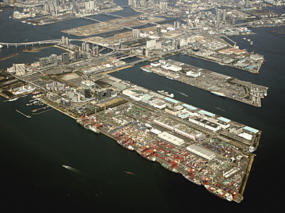 Aomi Container Terminal with large side-by-side berths.