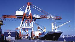 荷役作業中の船舶
